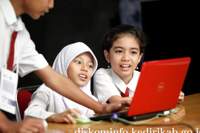 Siswa sedang belajar tentang Teknologi